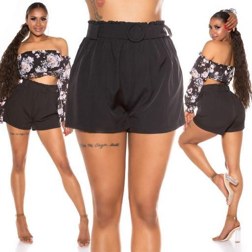 Pantalón corto con cinturón negro