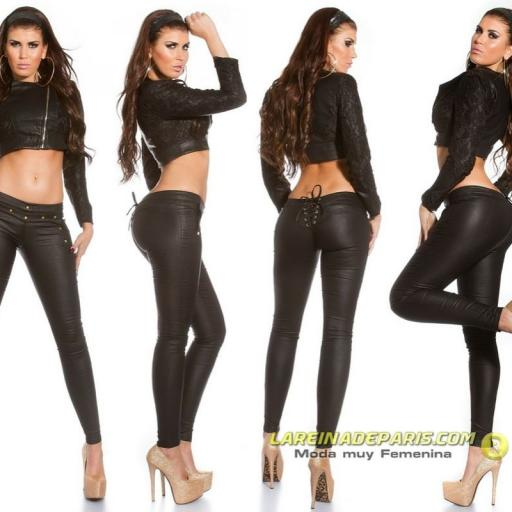 Pantalón femenino ajustado de cuero