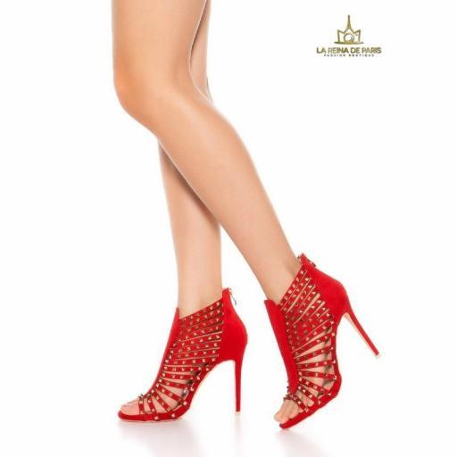 Sandalias roja de tacón con tachuelas [1]