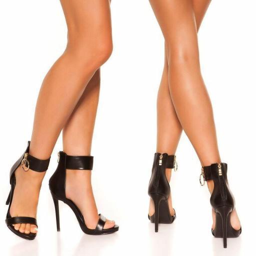 Sandalias en negro con correas