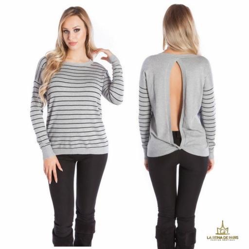 Suéter gris escotado por detrás