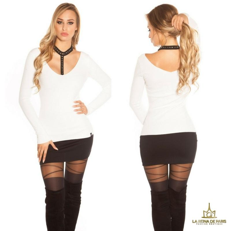 Suéter blanco con choker y remaches