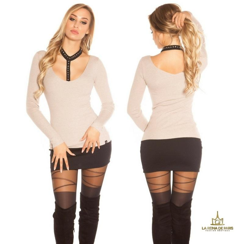 Suéter capuchino con choker y remaches