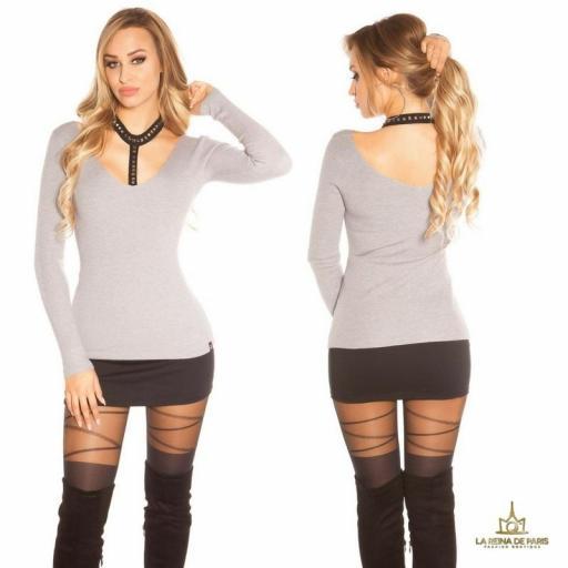 Suéter gris con choker y remaches
