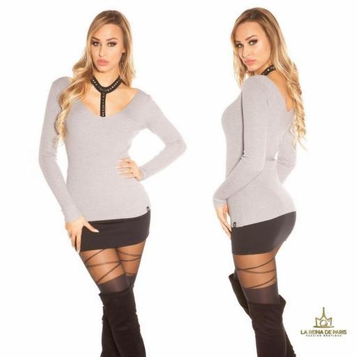 Suéter gris con choker y remaches [2]