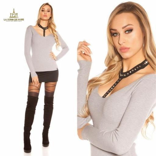 Suéter gris con choker y remaches [3]