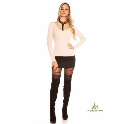 Suéter capuchino con choker y remaches [3]