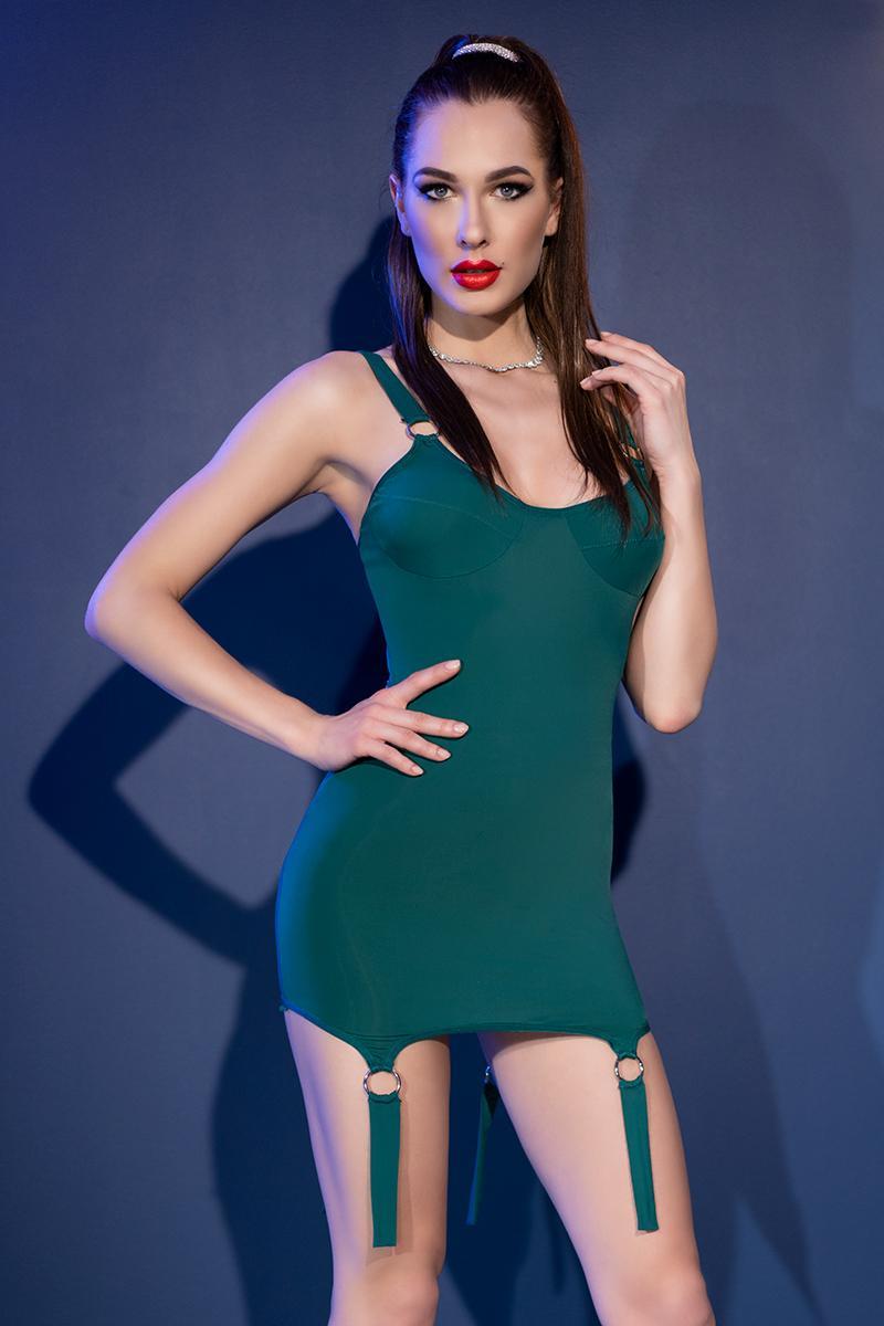 Vestido verde reluciente con anillas