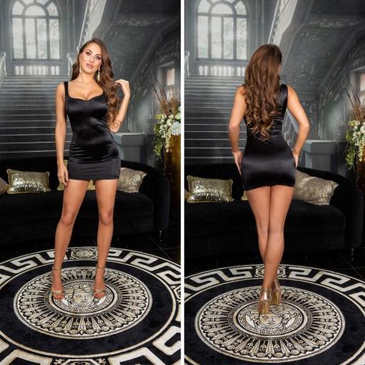Vestido negro satinado ceñido al cuerpo