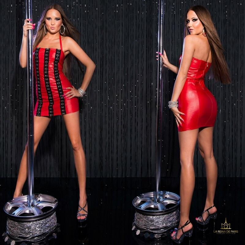 Vestido rojo con ganchos metálicos