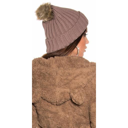 Gorro con pompom de piel capuchino [1]