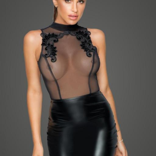 Vestido con transparencias y bordado