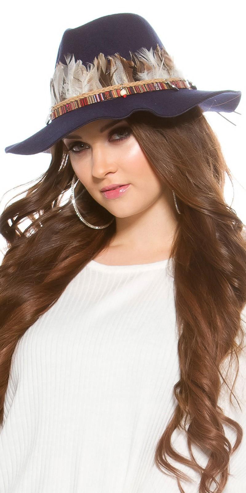 Sombrero con plumas azul