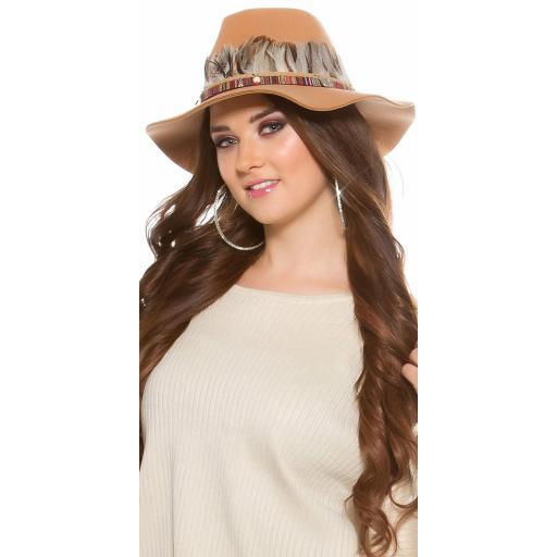 Sombrero con plumas beige