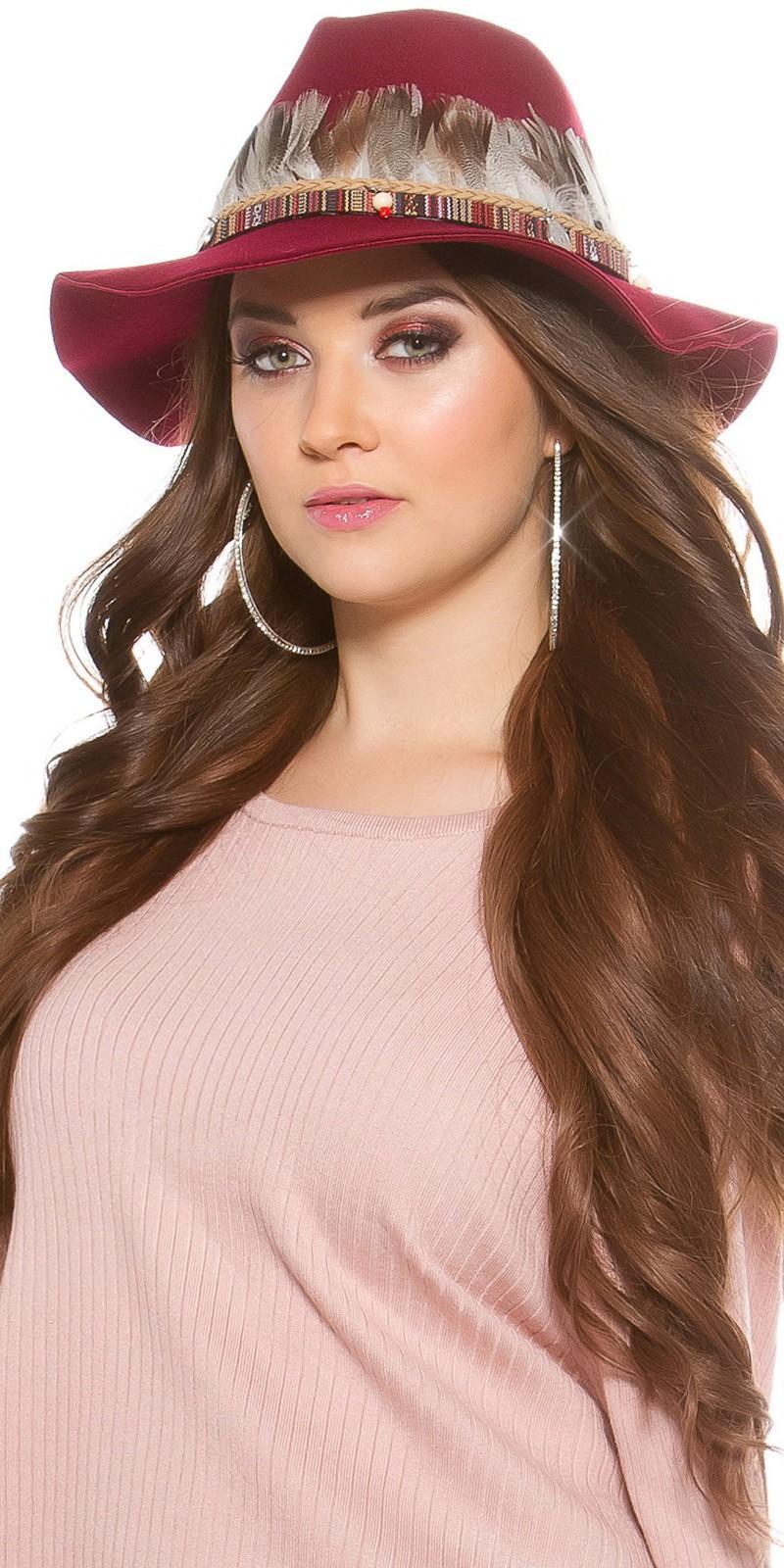 Sombrero con plumas burdeos