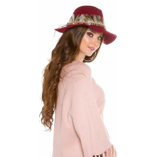 Sombrero con plumas burdeos [1]