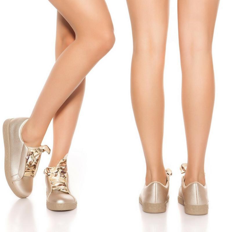 Zapatillas oro con cordones decorativos