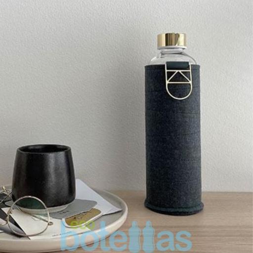 EQUA Blueberry botella de cristal (750ml) con funda [1]