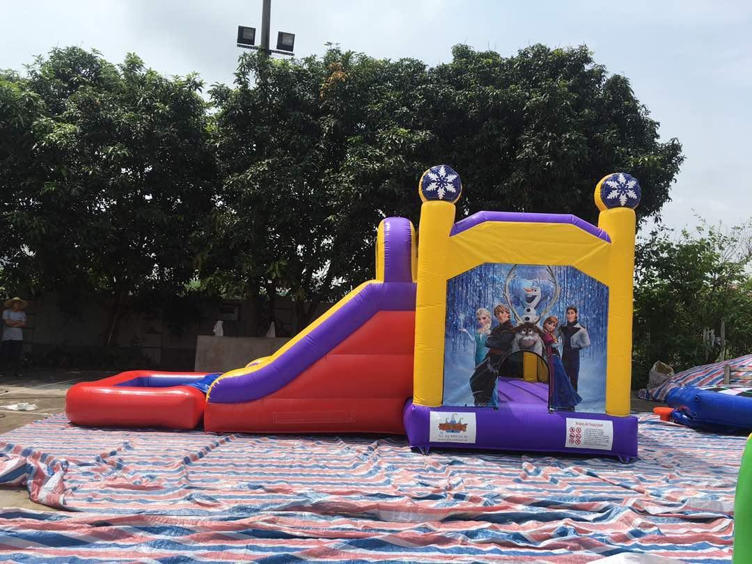 Castillo acuático de 7*4*4'5 . La piscina es extraíble, se puede usar como castillo hinchable acuático, como un castillo normal o utilizarlo como tobogán para tu piscina