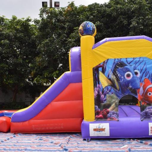 Castillo acuático de 7*4*4'5 . La piscina es extraíble, se puede usar como castillo hinchable acuático, como un castillo normal o utilizarlo como tobogán para tu piscina [1]
