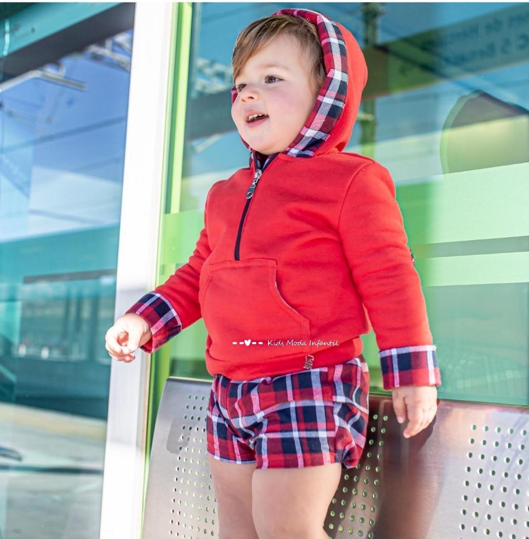Conjunto bebe niño sudadera roja capucha con short de cuadros de Vera Moda Infantil