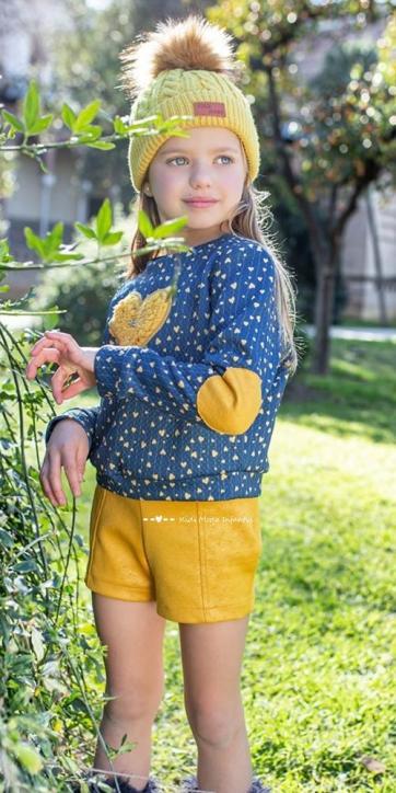 Conjunto niña sudadera corazones y short mostaza de Nekenia