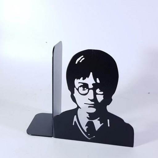 sujeta libros Harry Potter o reliquia