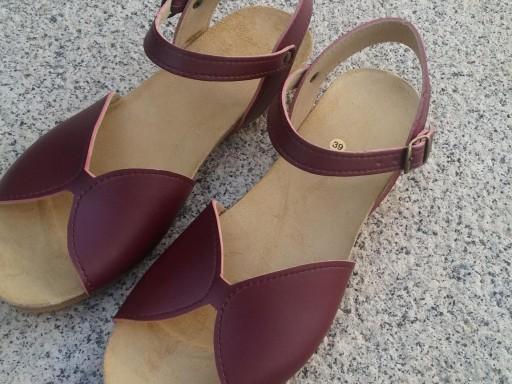 DURAZNO color burdeos,  sandalias veganas, sandalias veganas mujer, calzado vegano, sandalias de tacón medio, sandalias bioworld, vegan shoes, sandalias burdeos.  [3]