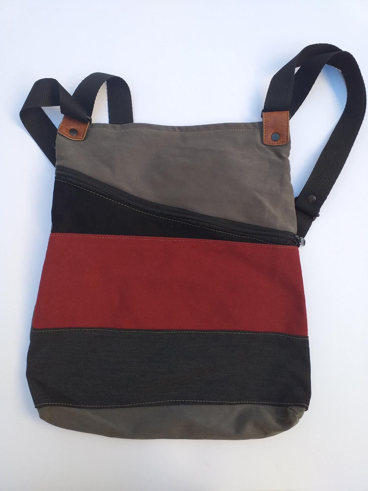 BACKPACK TRIANGULO RED AND BLACK