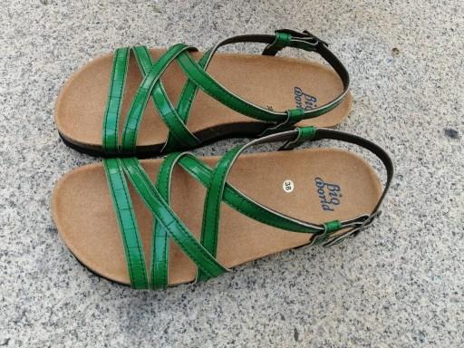 MODELO DELFOS verde sandalias veganas, sandalias veganas mujer, calzado vegano, sandalias de tacón bajo, sandalias bioworld, vegan shoes.