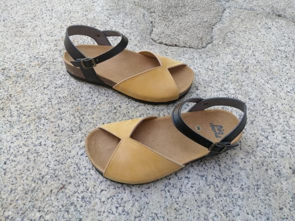 AGUILAR CAMEL Y NEGRO, sandalias veganas, sandalias veganas mujer, calzado vegano, sandalias de tacón bajo, sandalias bioworld, vegan shoes.