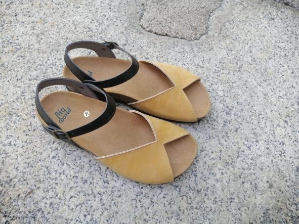 AGUILAR CAMEL Y NEGRO, sandalias veganas, sandalias veganas mujer, calzado vegano, sandalias de tacón bajo, sandalias bioworld, vegan shoes. [1]