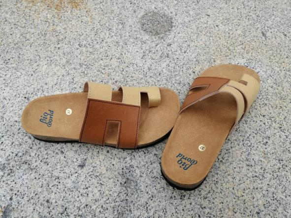 Modelo Juan de Herrera, camel y natural. sandalias veganas, sandalias veganas mujer, calzado vegano, sandalias de tacón bajo, sandalias bioworld, vegan shoes. [1]