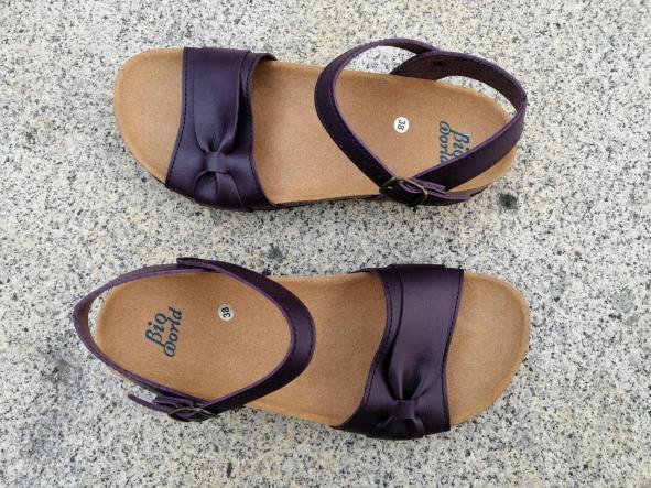 Modelo Gambito, color Grapé sandalias veganas, sandalias veganas mujer, calzado vegano, sandalias de tacón bajo, sandalias bioworld, vegan shoes. [1]