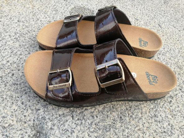 VICTORIA MARRÓN BRILLANTE, sandalias veganas, sandalias veganas mujer, calzado vegano, sandalias de tacón bajo, sandalias bioworld, vegan shoes.  [1]