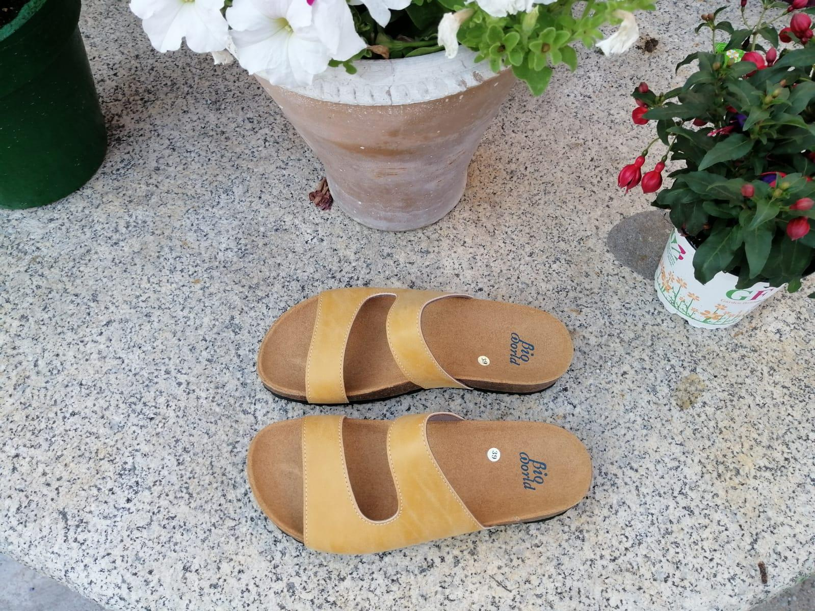 Modelo Begoña color camel, color Grapé sandalias veganas, sandalias veganas mujer, calzado vegano, sandalias de tacón bajo, sandalias bioworld, vegan shoes.