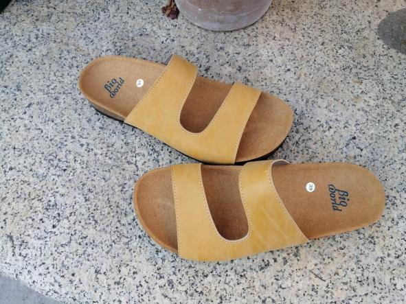 Modelo Begoña color camel, color Grapé sandalias veganas, sandalias veganas mujer, calzado vegano, sandalias de tacón bajo, sandalias bioworld, vegan shoes. [1]