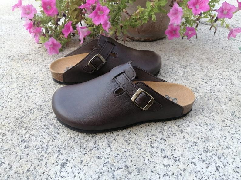 Suomi Marrón oscuro, Zuecos,  Zapatos veganos, Zapatos de diseño, Zapatos abiertos, Zapatos Planos, zapatos de hombre, zapatos de mujer