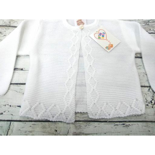 Chaqueta de niño/a blanca de perlé de Prim Baby. [1]