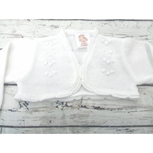 Chaqueta de niña blanca de perlé de Prim Baby. [1]