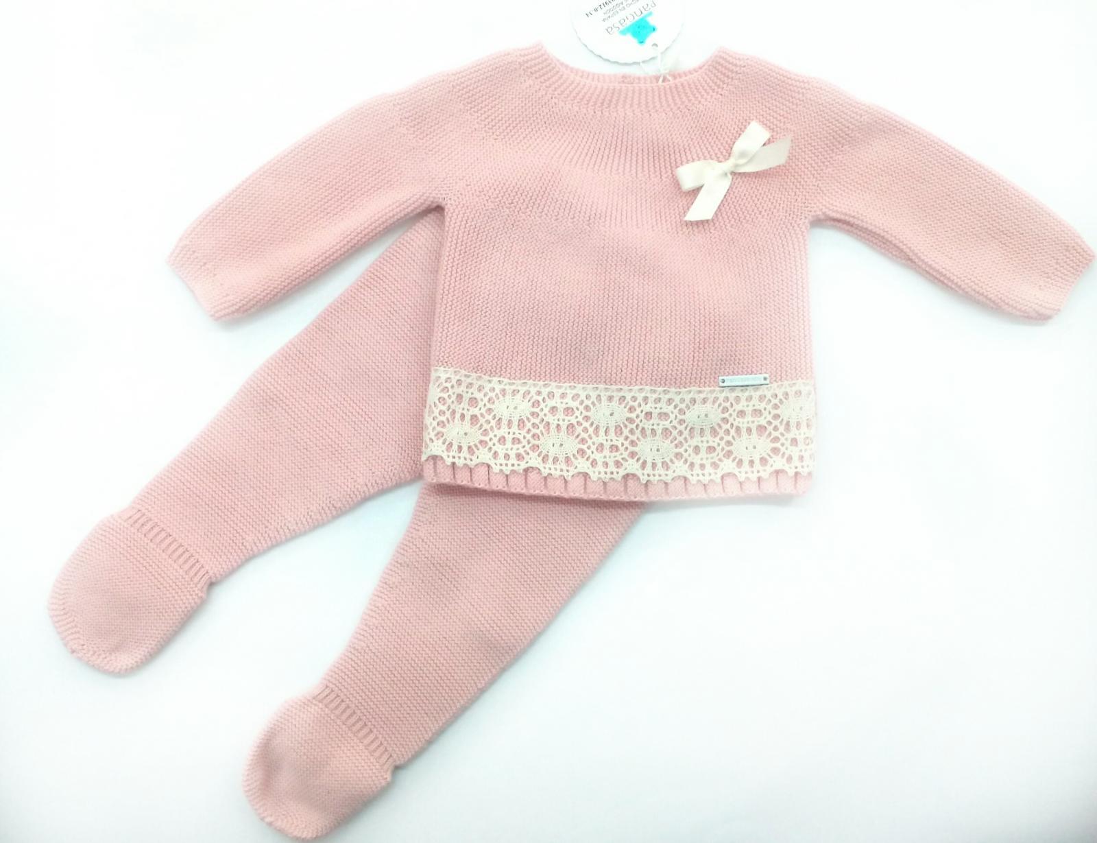 Conjunto de bebé en rosa empolvado con puntilla marfil de Pangasa.