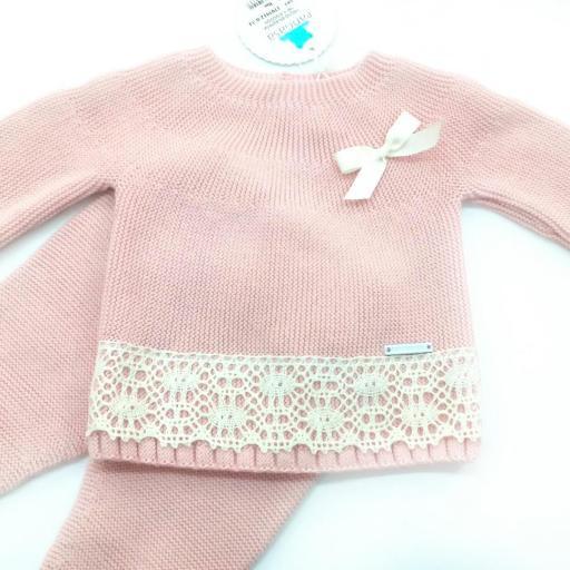 Conjunto de bebé en rosa empolvado con puntilla marfil de Pangasa. [1]
