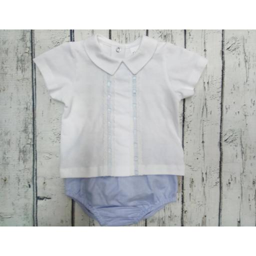 Conjunto de bebé blanco y azul de Glory .
