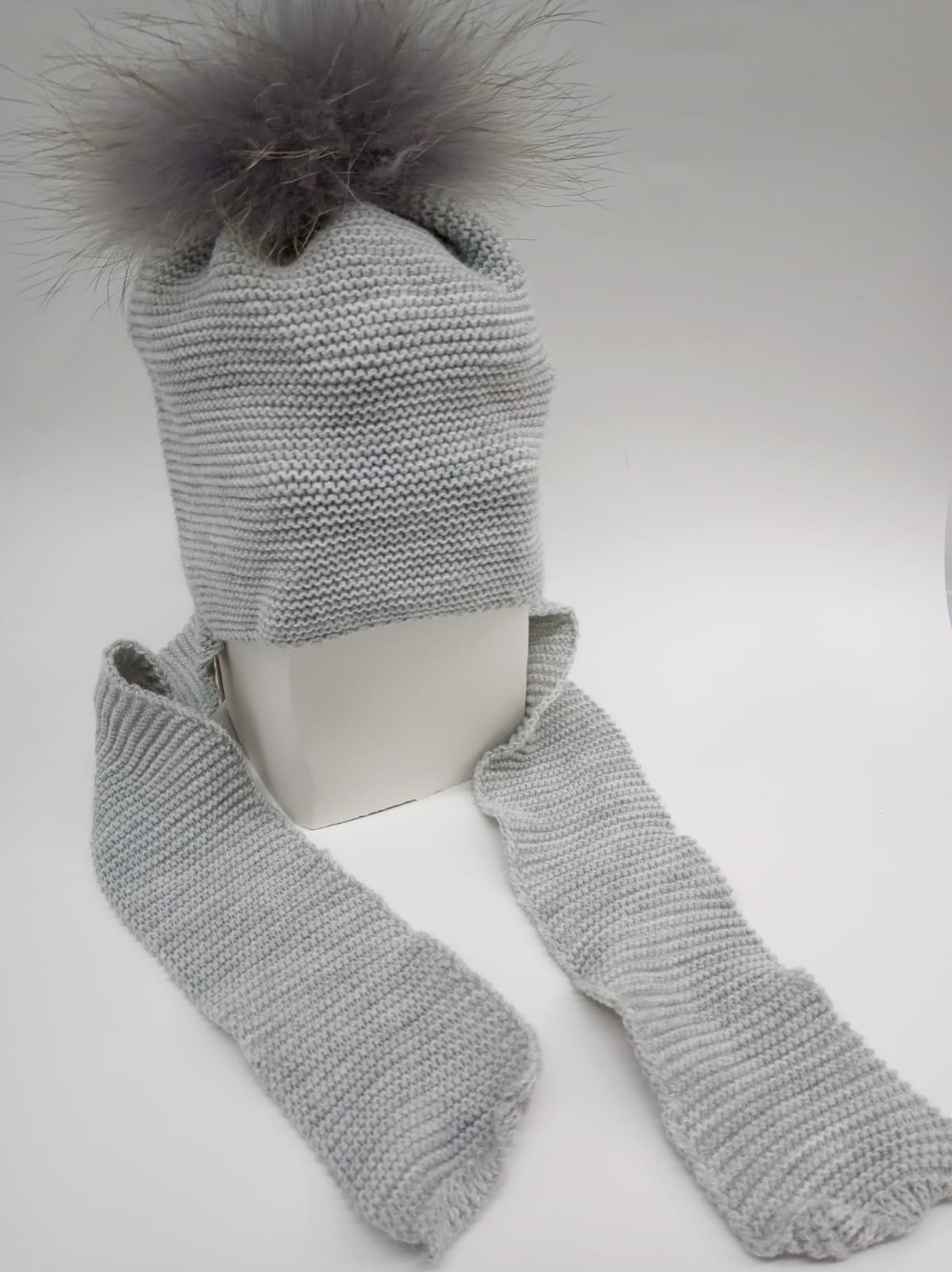 Gorro con bufanda gris y pompón de pelo