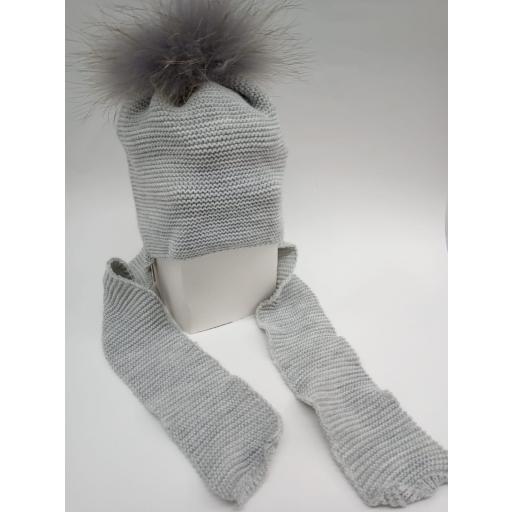 Gorro con bufanda gris y pompón de pelo [0]