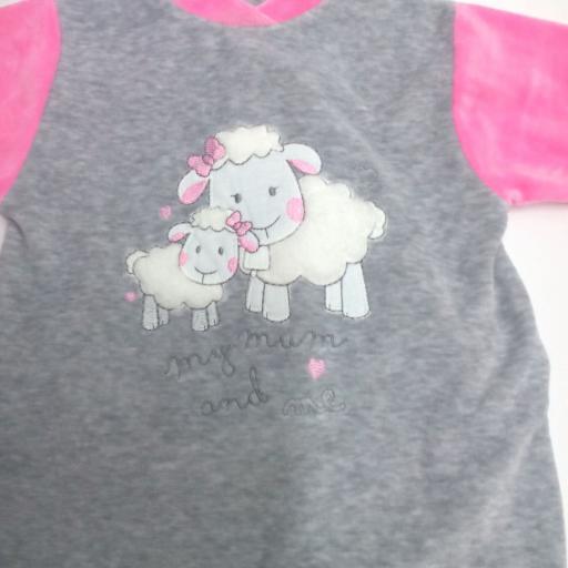 Pijama de bebé ovejas . [0]