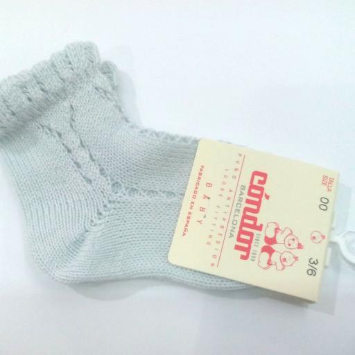 Calcetines cortos calados perlé color aluminio de  Cóndor.