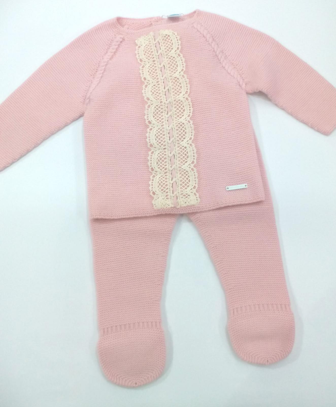 Conjunto de niña de canastilla en rosa empolvado de Pangasa.