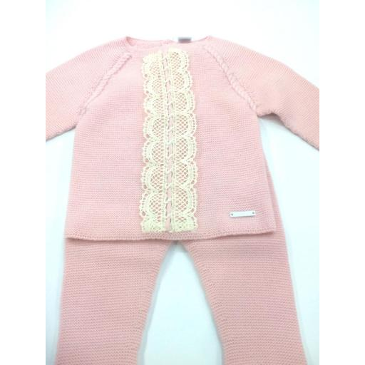 Conjunto de niña de canastilla en rosa empolvado de Pangasa.  [1]