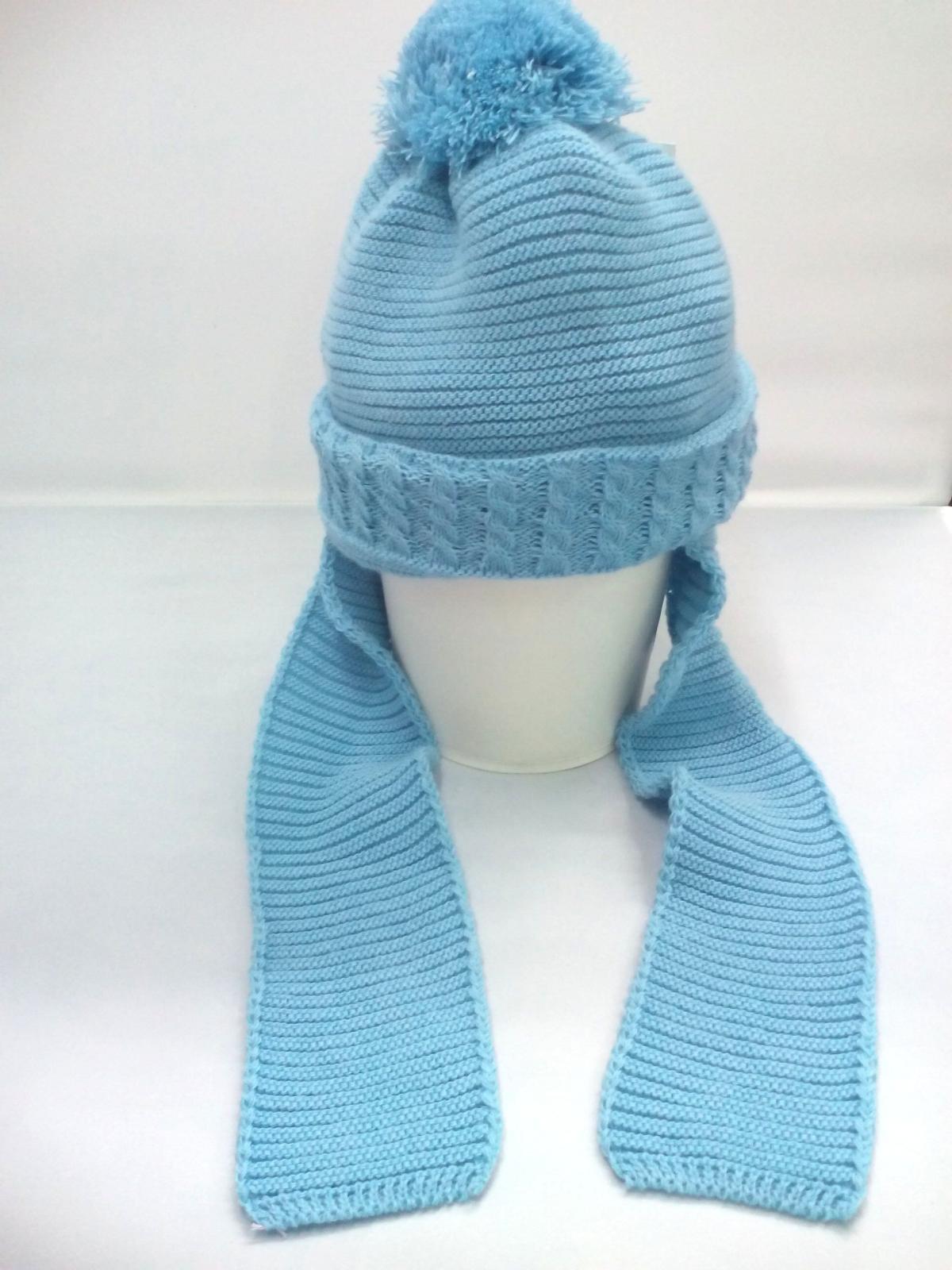 Gorro azulado con bufanda unida de Jose Luis Navarro .